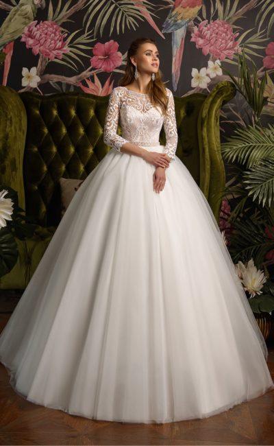 Свадебное платье пышного силуэта с длинным кружевным рукавом.