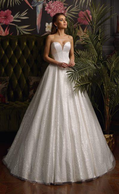 Сияющее свадебное платье с открытым лифом «сердечком».