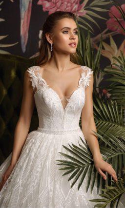Свадебное платье пышного силуэта с глубоким вырезом на лифе.