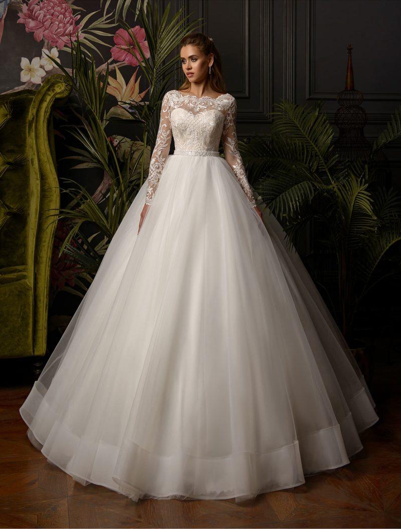 Свадебное платье пышного кроя с открытой спинкой и длинным рукавом.