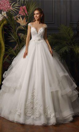 Пышное свадебное платье с открытым верхом и оборками на юбке.