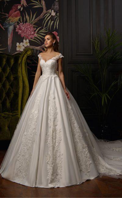 Свадебное платье с портретным декольте и пышным силуэтом.