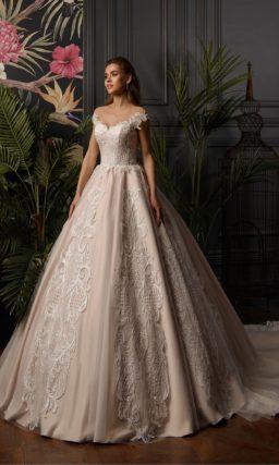 Пудровое пышное свадебное платье с крупным кружевным декором.