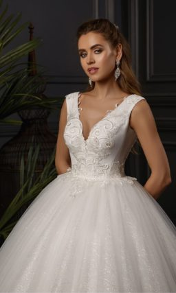 Пышное свадебное платье с кружевными аппликациями по низу юбки.