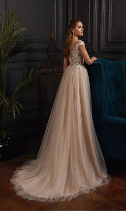 Персиковое свадебное платье с коротким шлейфом и открытым верхом.
