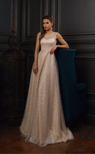 Пудровое свадебное платье, покрытое глянцевым кружевом.