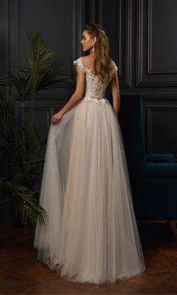 Свадебное платье золотистого цвета с узким поясом на талии.