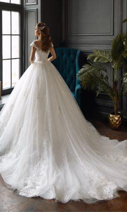 Пышное свадебное платье с аппликациями и открытым лифом.