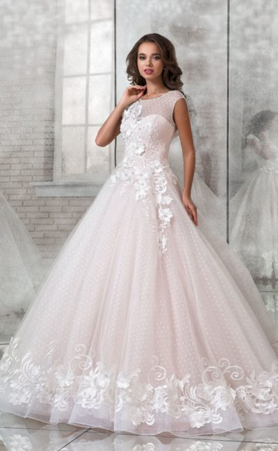 Пышное свадебное платье с изящным верхом и объемным декором.