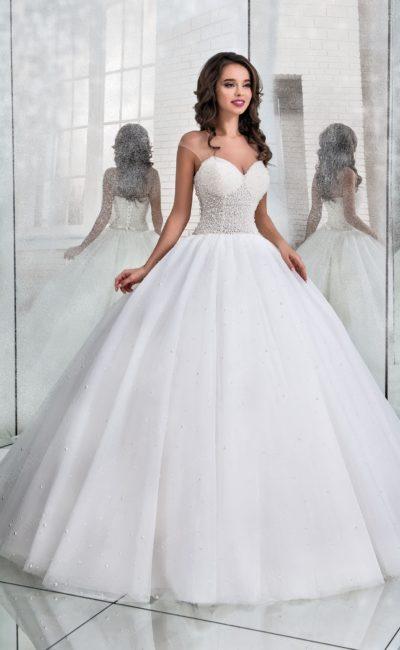 Пышное свадебное платье с верхом, покрытым бисером.