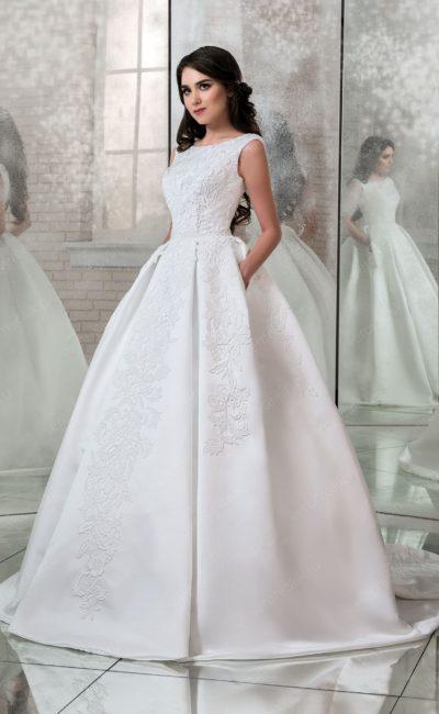 Роскошное свадебное платье пышного силуэта с закрытым лифом.