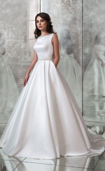 Атласное свадебное платье с кружевной вставкой на спинке.