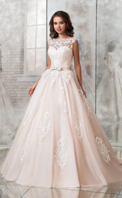 Кремовое свадебное платье пышного кроя с узким поясом.