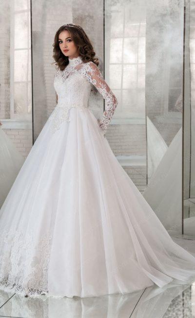 Закрытое свадебное платье с длинным рукавом и воротником-стойкой.