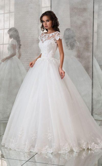 Пышное свадебное платье с фигурным подолом и коротким рукавом.