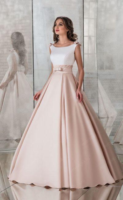 Атласное свадебное платье с кремовой юбкой и широким поясом.