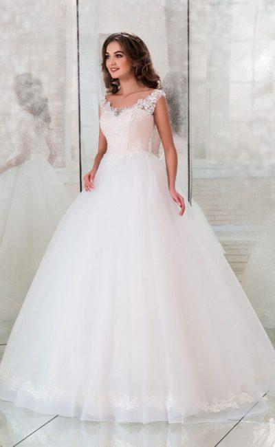Пышное свадебное платье с кружевом и розовым корсетом.