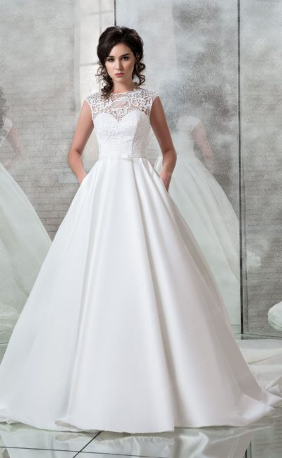 Атласное свадебное платье с кружевом над декольте.
