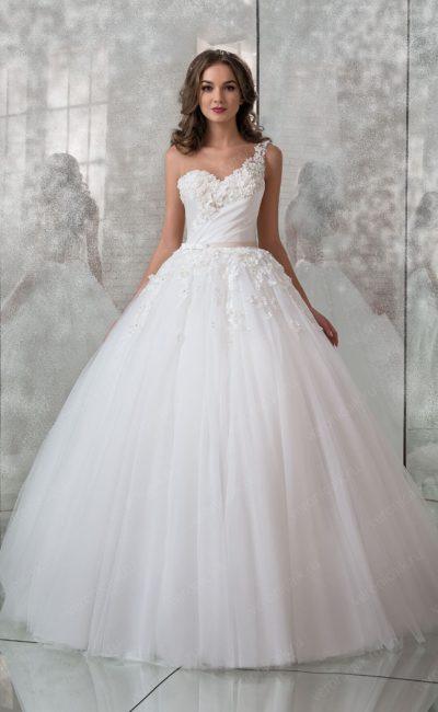 Пышное свадебное платье с поясом и асимметричным лифом.