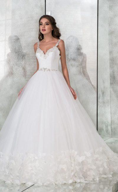 Великолепное пышное свадебное платье с открытым верхом.