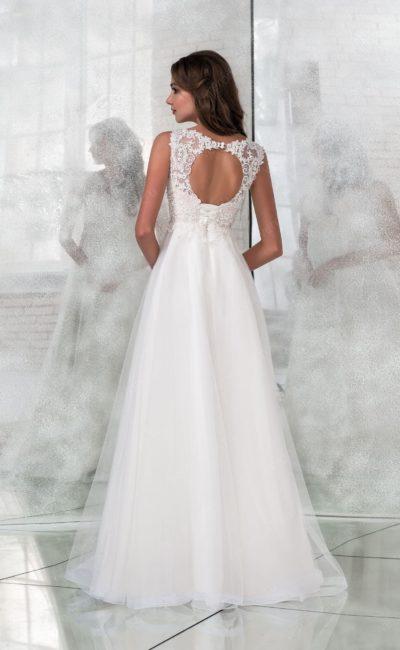 Деликатное свадебное платье с выразительным декольте на спине.