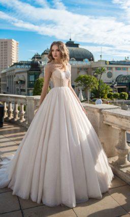 Пышное свадебное платье с сияющим декором и длинным рукавом.