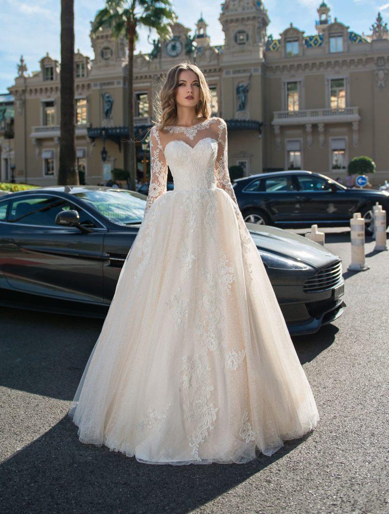 Персиковое свадебное платье с длинным рукавом и пышным кроем.