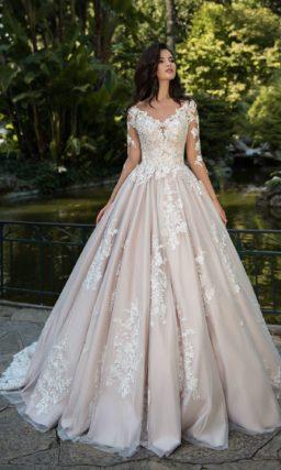 Цветное свадебное платье пышного кроя с прозрачным рукавом.