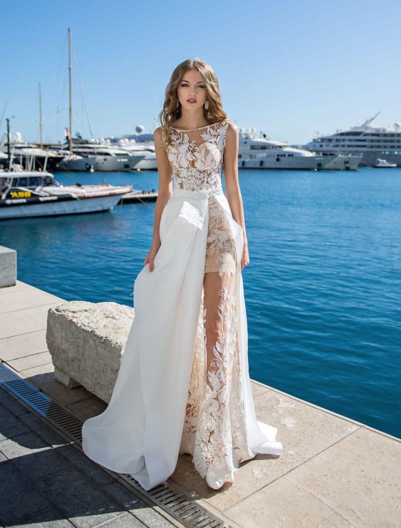 Прямое свадебное платье с бежевой подкладкой и верхней юбкой.