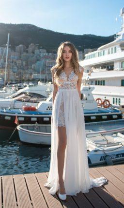 Свадебное платье с кружевным декором и двойной юбкой.