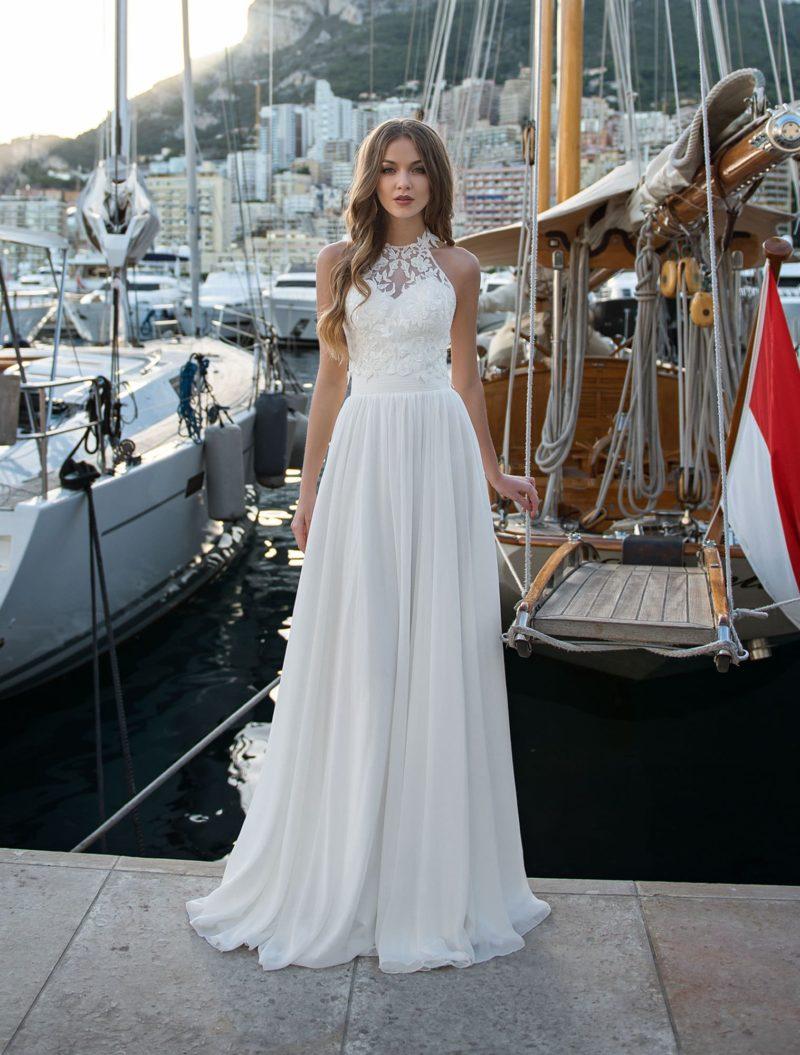 Свадебное платье со съемным кружевным верхом и прямой юбкой.