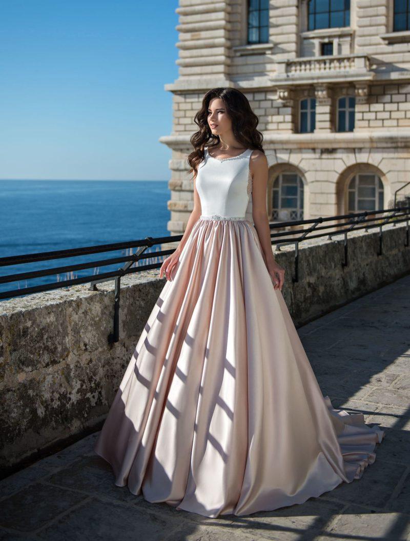 Бело-розовое свадебное платье с сияющей отделкой верха.