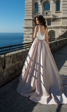 Платье в оттенках белого и розового цветов