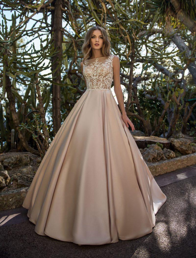 Пудровое свадебное платье с кружевным лифом и атласной юбкой.