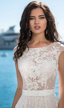 Свадебное платье с округлым вырезом и широким поясом.