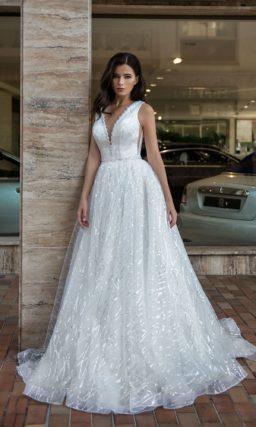 Свадебное платье с глубоким вырезом и роскошной юбкой.