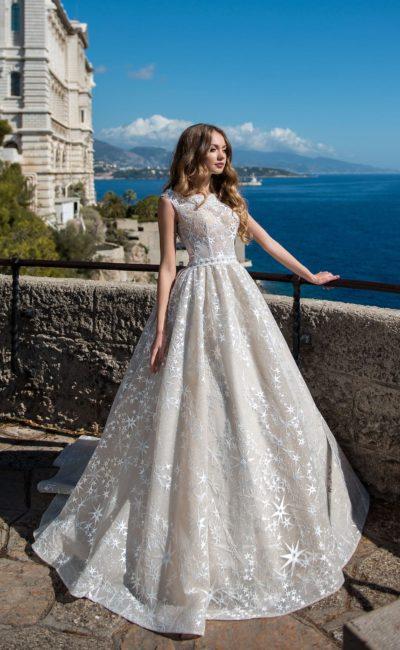 Бежевое свадебное платье с кружевным декором и закрытым лифом.