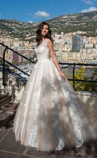Пышное свадебное платье с отделкой кружевными аппликациями.