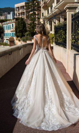 Многослойное свадебное платье с отделкой фактурным кружевом.