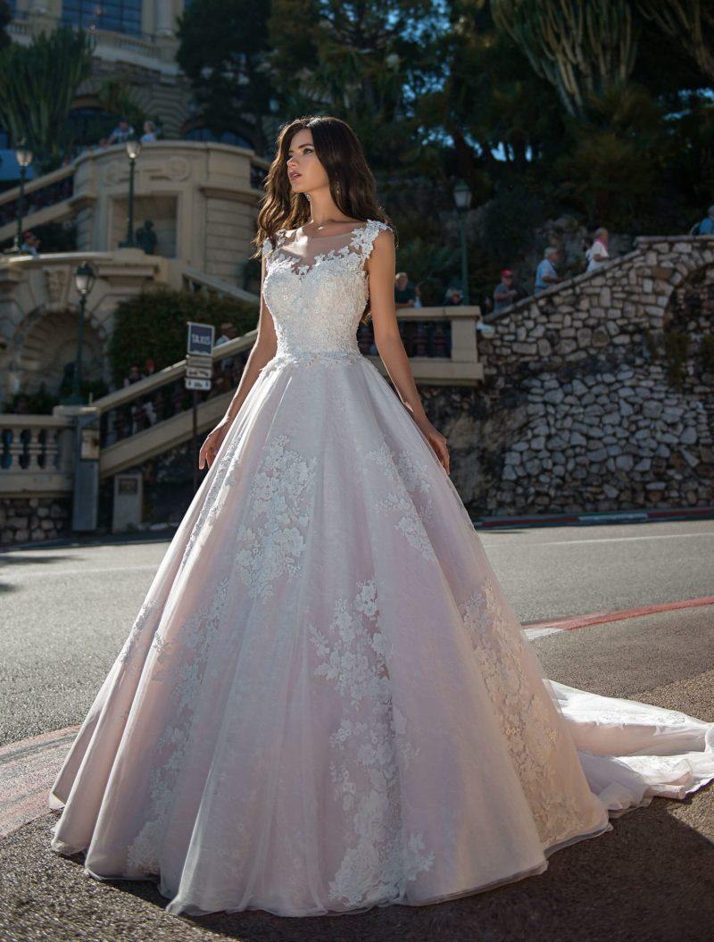 Розовое свадебное платье пышного силуэта с длинным шлейфом.