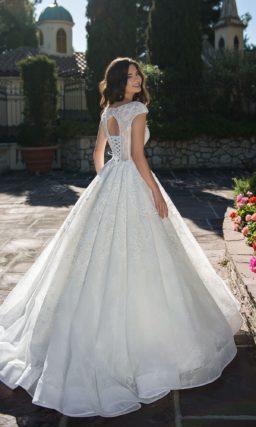 Воздушное свадебное платье с открытой спинкой и коротким рукавом.