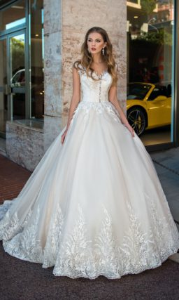 Пышное свадебное платье с тонкой вставкой на спинке и шикарным шлейфом.