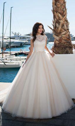 Свадебное платье пышного кроя с открытой спинкой и узким поясом.