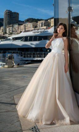 Свадебное платье пышного силуэта с объемной отделкой.