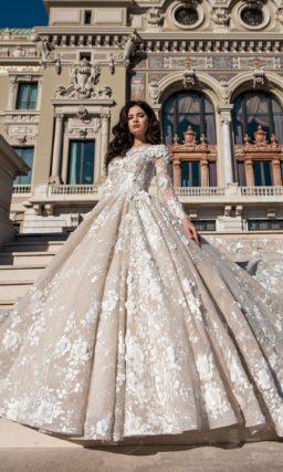 Бежевое свадебное платье с длинным шлейфом и объемным декором.