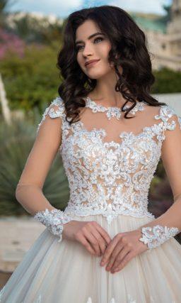 Бальное свадебное платье с роскошным шлейфом и тонкой вставкой сзади.