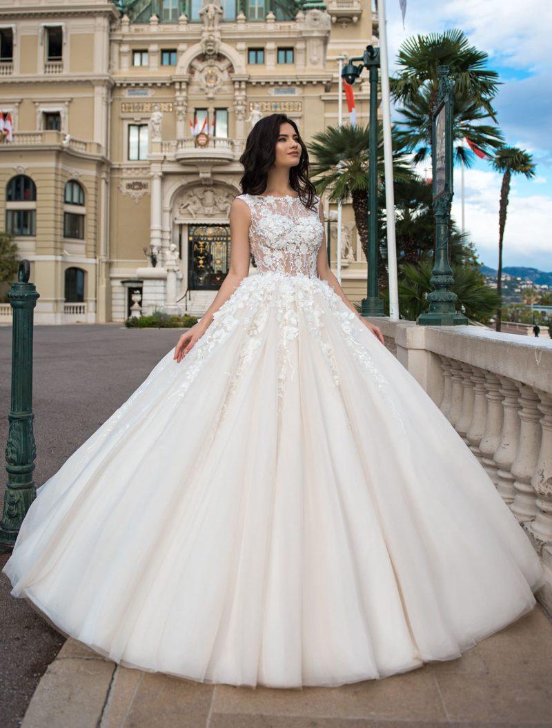 Пышное свадебное платье с тонкой вставкой сзади и вырезом «бато».
