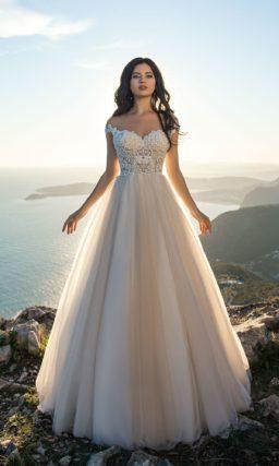 Открытое свадебное платье с бретелями и пышной юбкой.