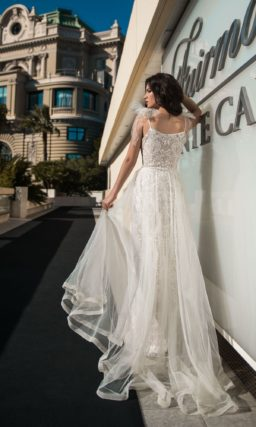 Прямое свадебное платье с открытым лифом с оборками и разрезом по подолу.