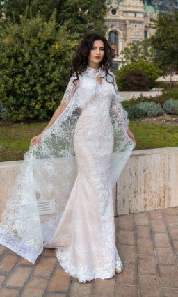 Бежевое свадебное платье с длинной накидкой и силуэтом «рыбка».